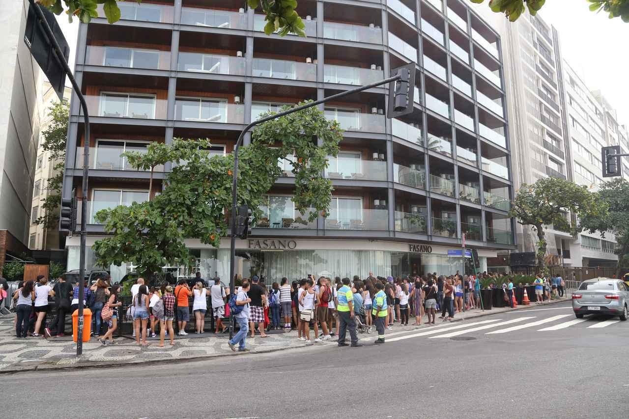 画像: ブラジル公演の前日、ボーイズの滞在ホテル前はこの人だかり。