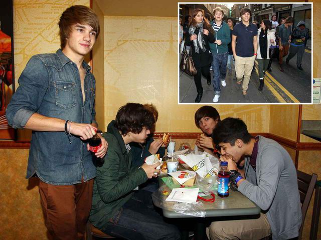画像: ファンと一緒にSUBWAYまで歩いて食事へ。