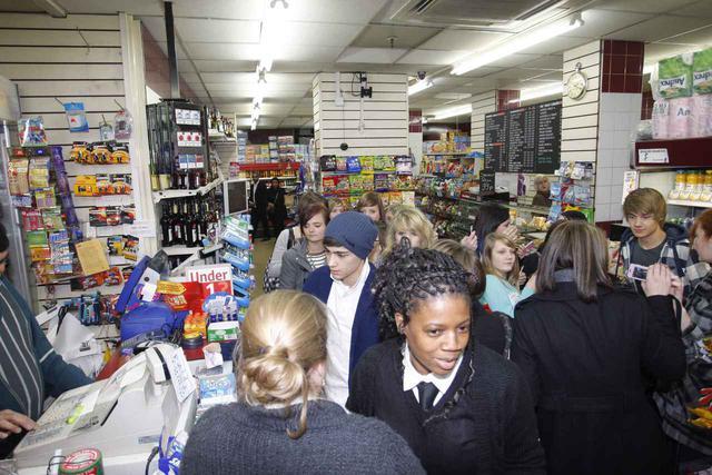 画像: コーナーショップと呼ばれる日用品店に入ったときにも、ファンがゾロゾロと一緒に入店。