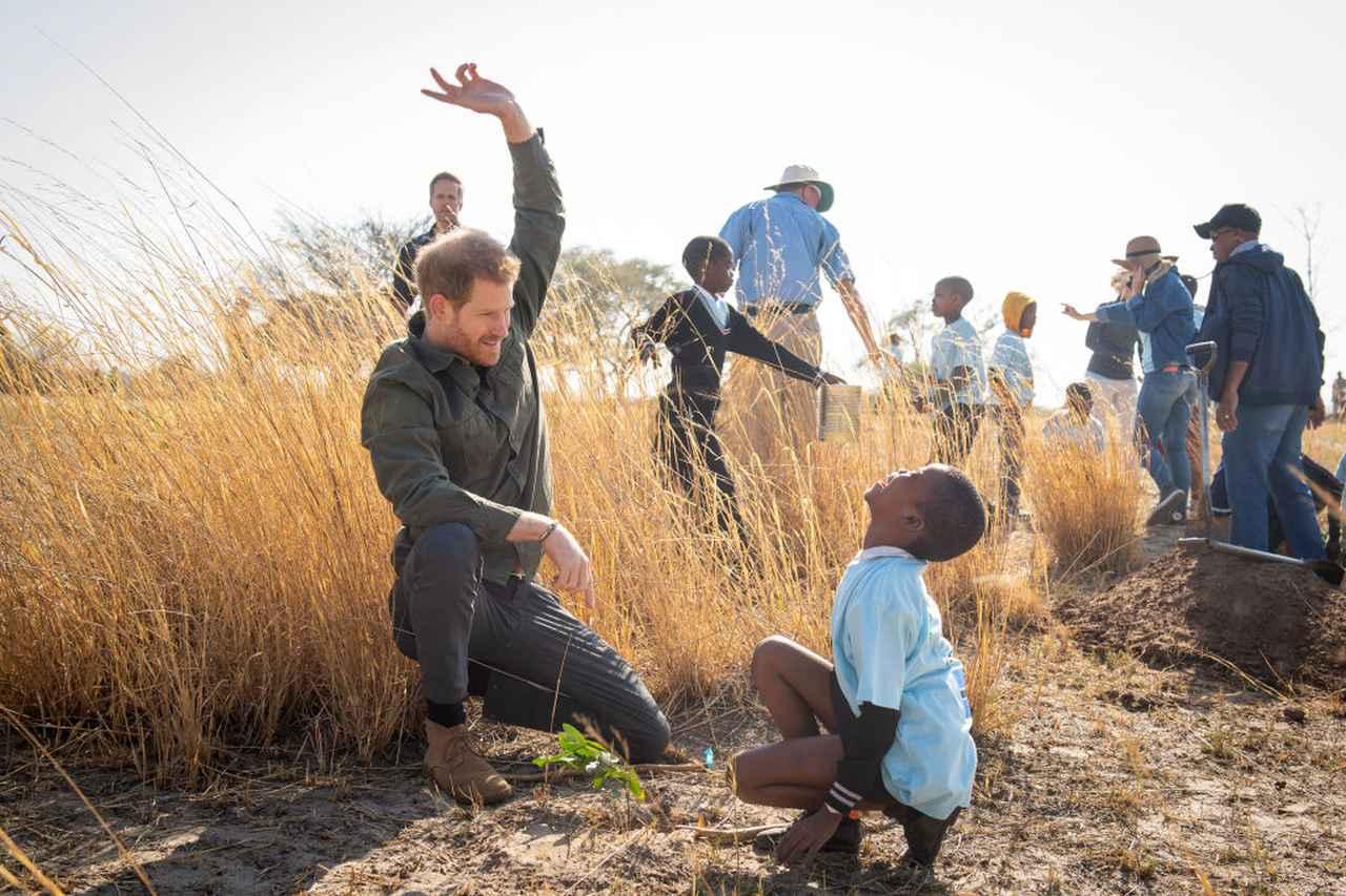 画像: 2019年9月のボツワナ訪問時に現地の子供たちと戯れるヘンリー王子。