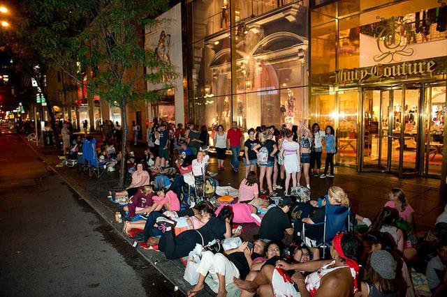 画像: 『トゥデイ』のパフォーマンス前夜から道に並ぶ1Dファンたち。