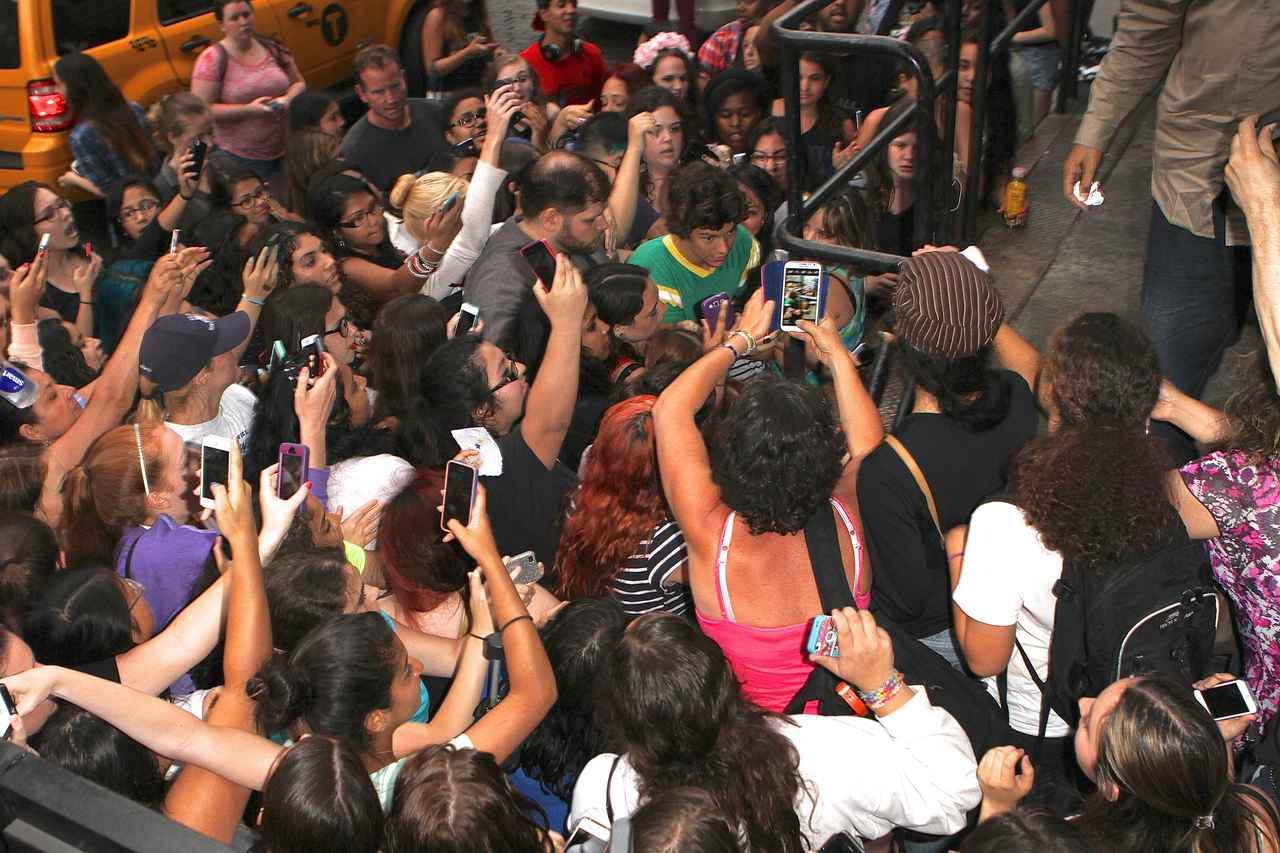 画像: ニューヨークでショッピング後にホテルに戻ってきたハリーをファンがお出迎え。