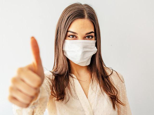 画像: 小顔効果も?「マスクをしていても口紅を塗る方法」が異次元すぎてバズる - フロントロウ -海外セレブ情報を発信
