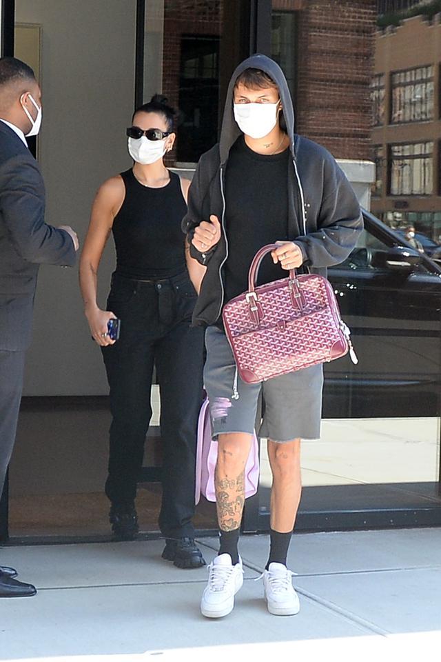 画像: ニューヨークのマンションから出てきたところを目撃されたデュアとアンワー。