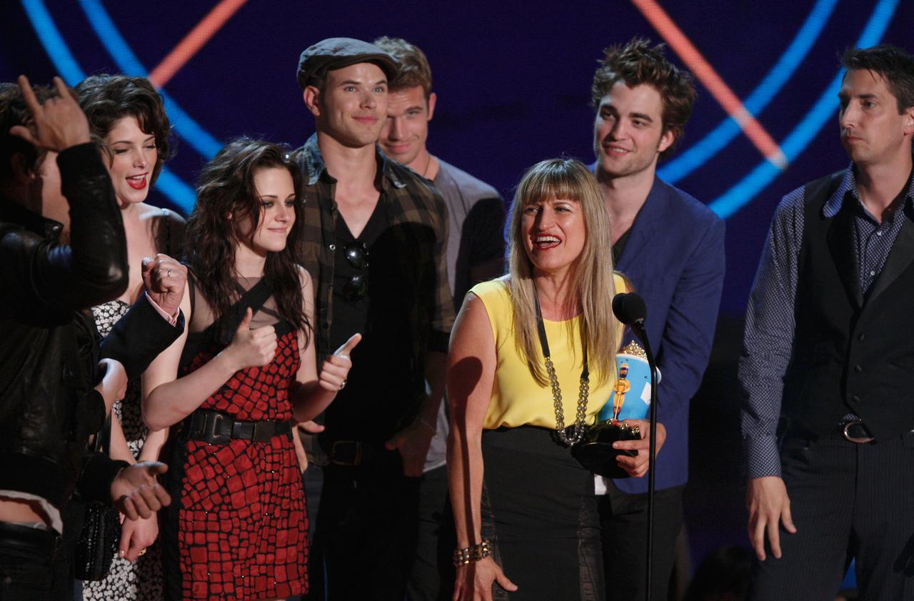 画像: 2009年にMTVムービー・アワードで最優秀映画賞を受賞した時のキャサリン・ハードウィック監督とキャスト達。