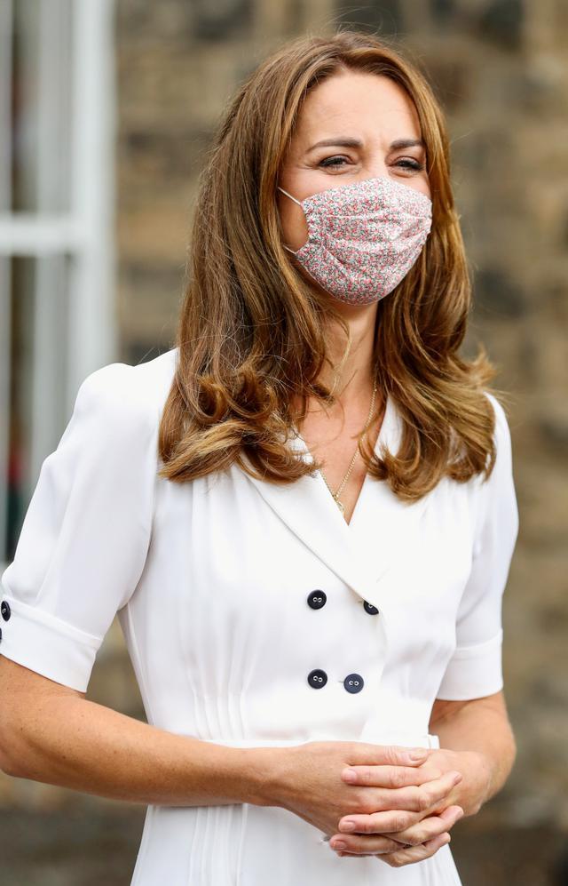 画像2: キャサリン妃が初の「マスク姿」で対面公務