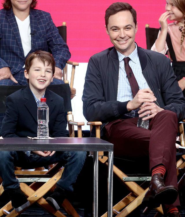 画像: 幼いシェルドン役のイアン・アーミテージ(左)と、大人のシェルドン役のジム・パーソンズ(右)。