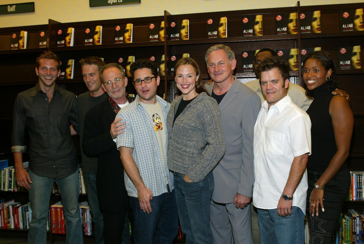 画像: ドラマ『エイリアス』のキャストと一緒に撮影した写真。中央にいるのがジェニファーで、左端で笑顔を見せているのがブラッドリー。
