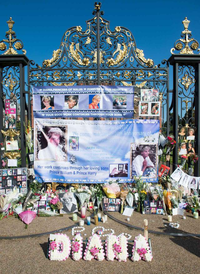 画像: 亡くなってから20年経った2017年のケンジントン宮殿前にて。