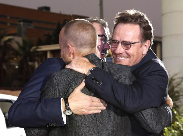 画像: 『エルカミーノ: ブレイキング・バッド THE MOVIE』のプレミアでハグするブライアン、ジェシー役のアーロン・ポール、プロデューサーのヴィンス・ギリガン。