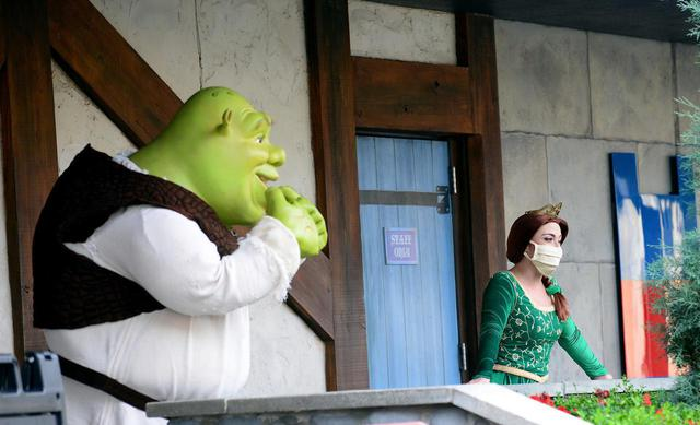 画像: 映画『シュレック』シリーズの主人公シュレックとフィオナ姫も、ソーシャル・ディスタンス(社会的距離)を守ってゲストに挨拶。フィオナ姫はちゃんとマスクを着用している。
