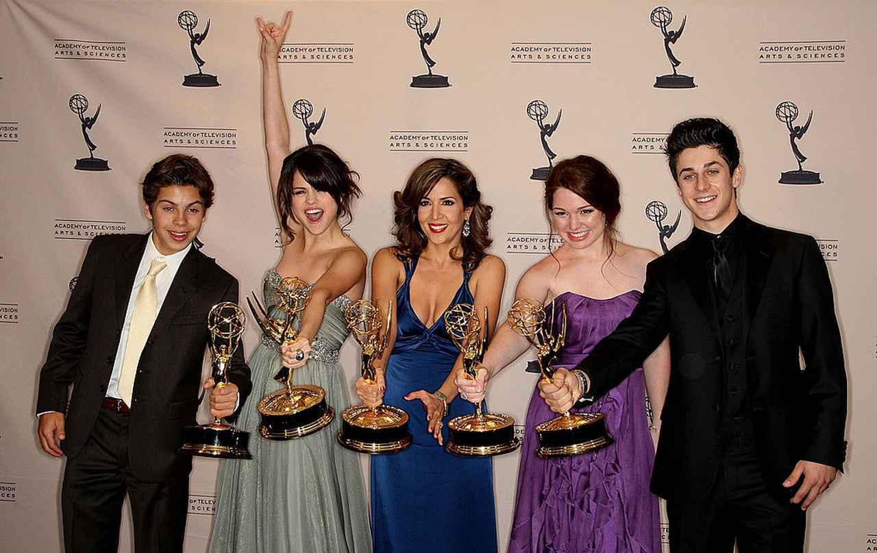 画像: 2009年、『ウェイバリー通りのウィザードたち』の共演者たちと同作が優秀子供番組賞を受賞したプライムタイム・エミー賞の授賞式にて。