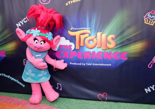 画像: 『トロールズ』のおしゃべり人形、「ボタンの位置」が問題視