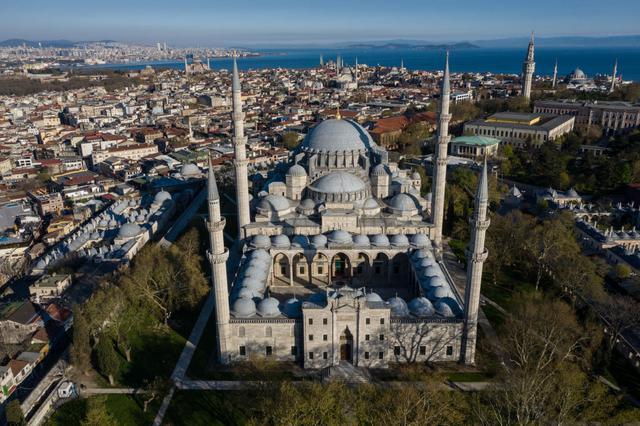 画像: イスタンブール旧市街にあるスレイマニエ・モスク。アンバーが実際にどのモスクを訪れたかは明かされていない。