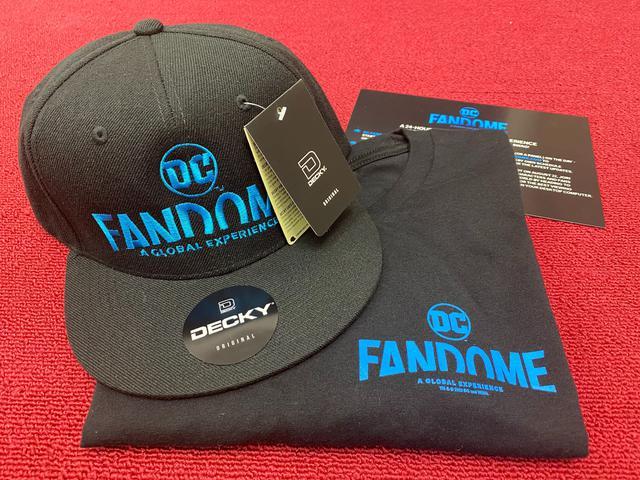 画像: まずこちらは、DCファンドームのグッズ。イベントのロゴが入ったキャップはスナップバック。Tシャツは左の胸元にロゴがプリントされている。