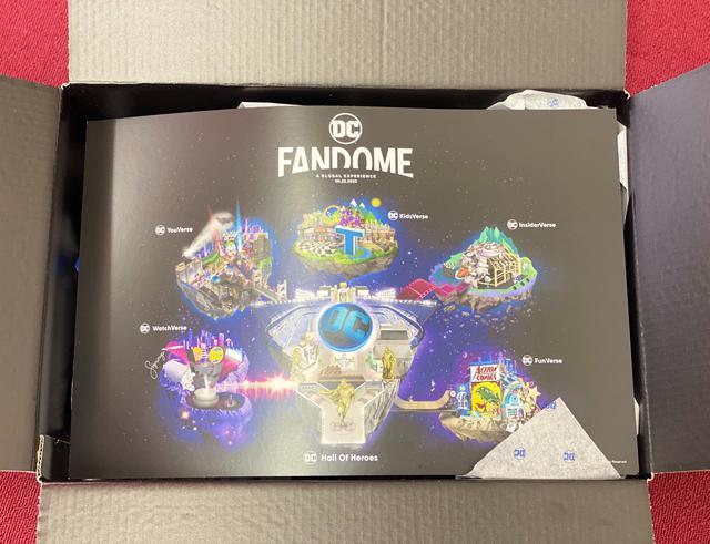 画像: ラッピングペーパーを取り除くと、DCファンドームの巨大なマップが出現。今回はホール・オブ・ヒーローズを中心に、5つのバース(世界)に枝分かれしており、各バースのテーマに合ったコンテンツが24時間にわたって配信される。