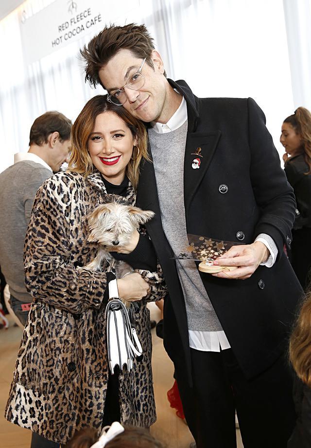 画像: 夫のクリストファーとマウイの死後に飼い始めた愛犬「Sushi(スシ)」と。