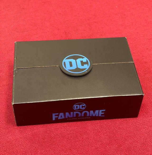 画像: まるで「この扉を開けてDCの世界へようこそ」と言うかのように、DCのロゴがドアの取っ手のようについた箱が編集部に到着。両側面にはDC FanDomeのロゴが。