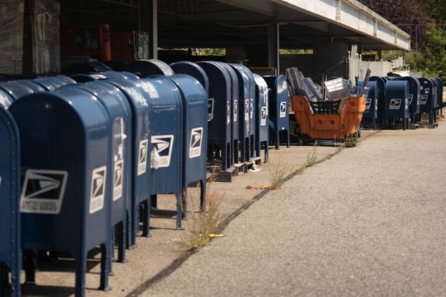 画像: ニューヨ―ク・ブロンクス地区の駐車場に集められた回収済みの郵便ポスト。