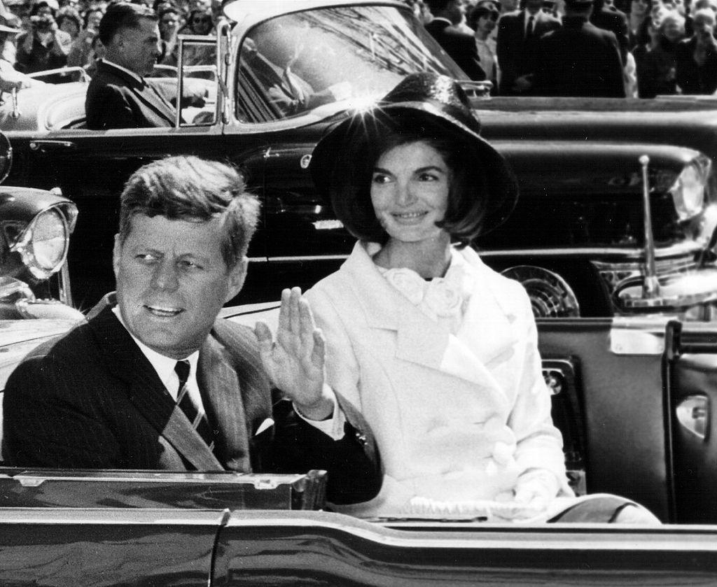 画像: 第35代アメリカ合衆国大統領のジョン・F・ケネディ大統領とジャッキーの愛称で親しまれた妻のジャクリーン・ケネディ。ケネディ元大統領は、在任中の1963年11月22日にテキサス州ダラスでのパレード中に銃撃され死亡した。