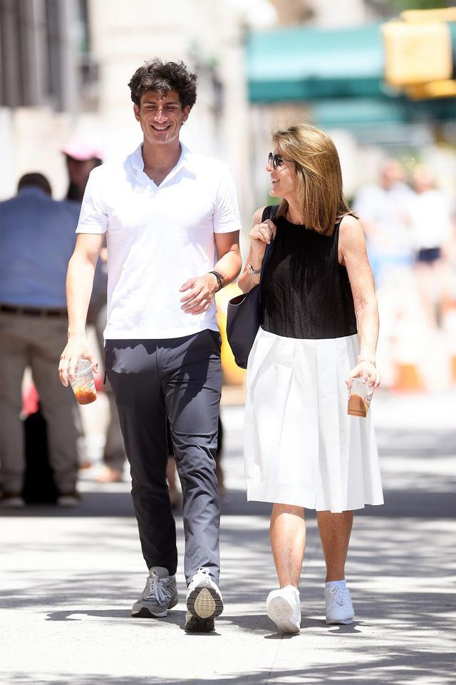 画像: ニューヨークの町をコーヒー片手に散歩する仲良し親子。