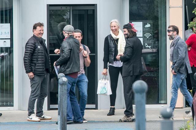 画像: 恋人でアーティストのアレクサンドラ・グラントも同伴している。(キアヌの前に立って笑っている女性がアレクサンドラ)。パンチをして遊んでいる奥の人物がジョナサン・グロフ。