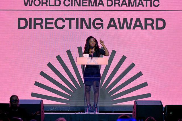 画像: サンダンス映画祭で受賞スピーチを行なうマイモウナ・ドゥクレ監督