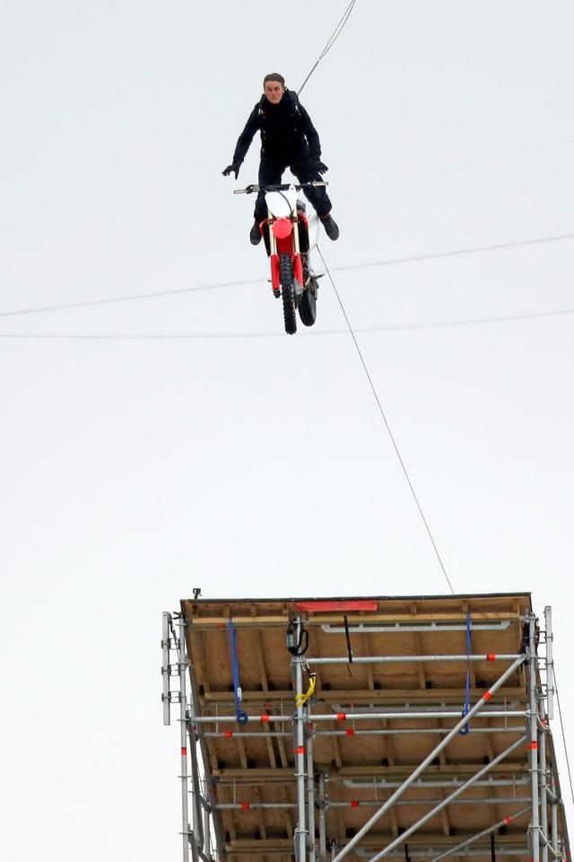 画像1: トム・クルーズが空を飛ぶ