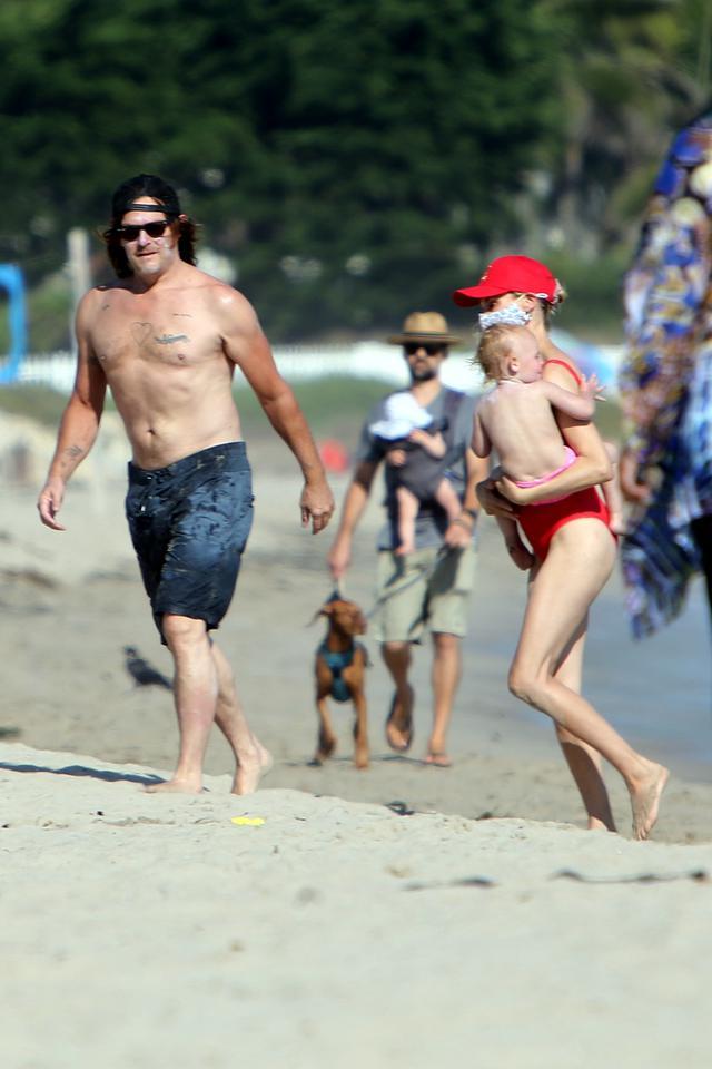 画像2: ノーマン・リーダスが家族とビーチでキャッキャ