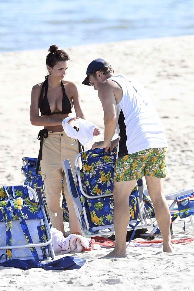 画像3: エミラタが夫とビーチでまったりタイム