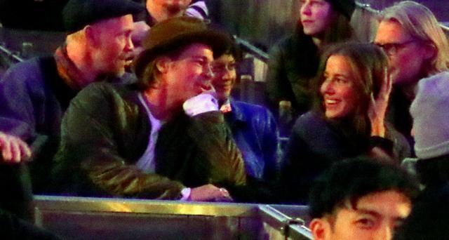画像: ブラッドとニコールの後ろに座っている青いジャケットの女性がアリア・ショウカット