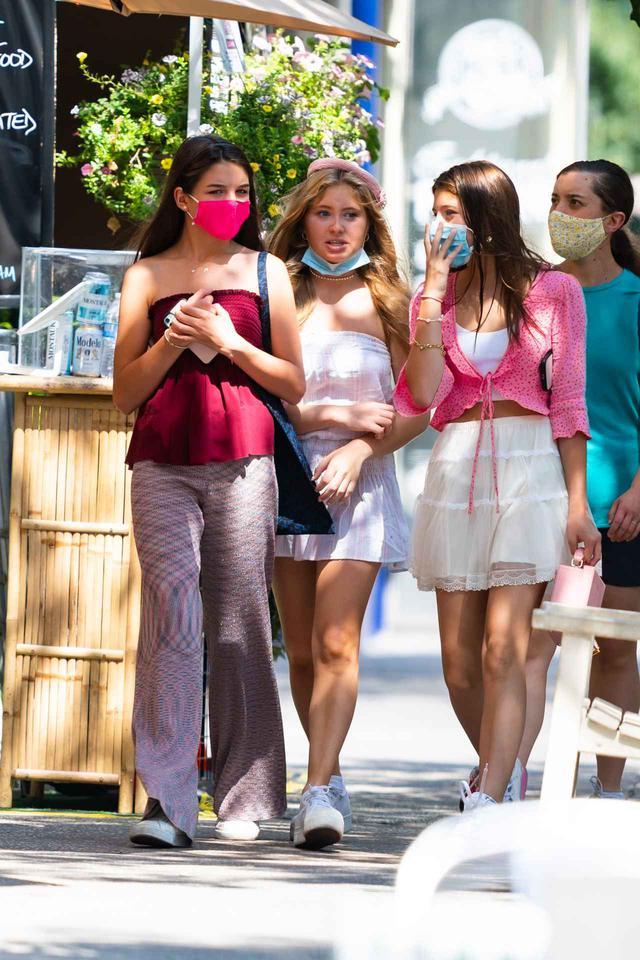 画像2: トム・クルーズの愛娘スリがマスク姿でお出かけ