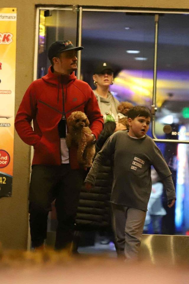 画像: 写真は2019年2月に撮影された、フリン君と一緒にボーリングに出かけるオーランド&ケイティの様子。