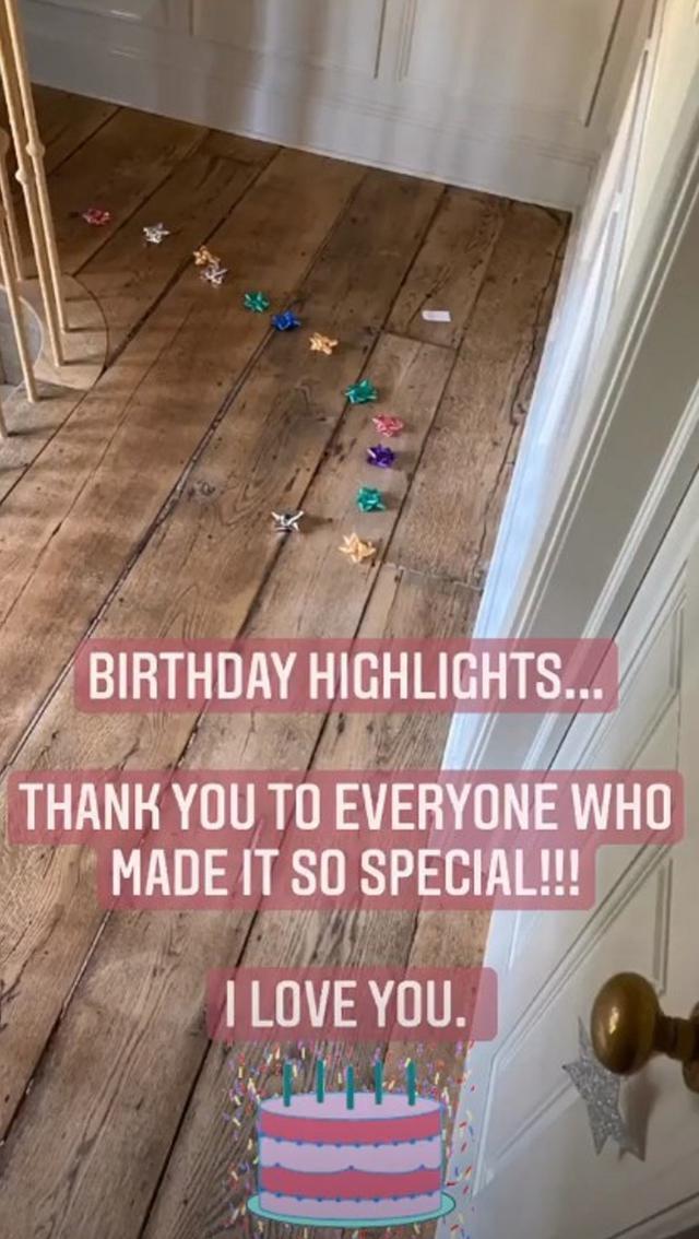 画像: 娘たちが床にプレゼント用のリボンを並べて用意したものとみられるサプライズ。©Blake Lively/ Instagram