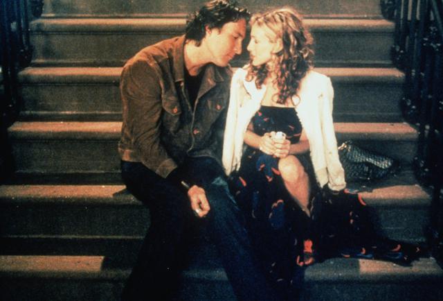 画像: 『セックス・アンド・ザ・シティ』シーズン3、第5話のワンシーン。ジョン・コーベット演じるエイダンとサラ・ジェシカ・パーカー演じるキャリー。