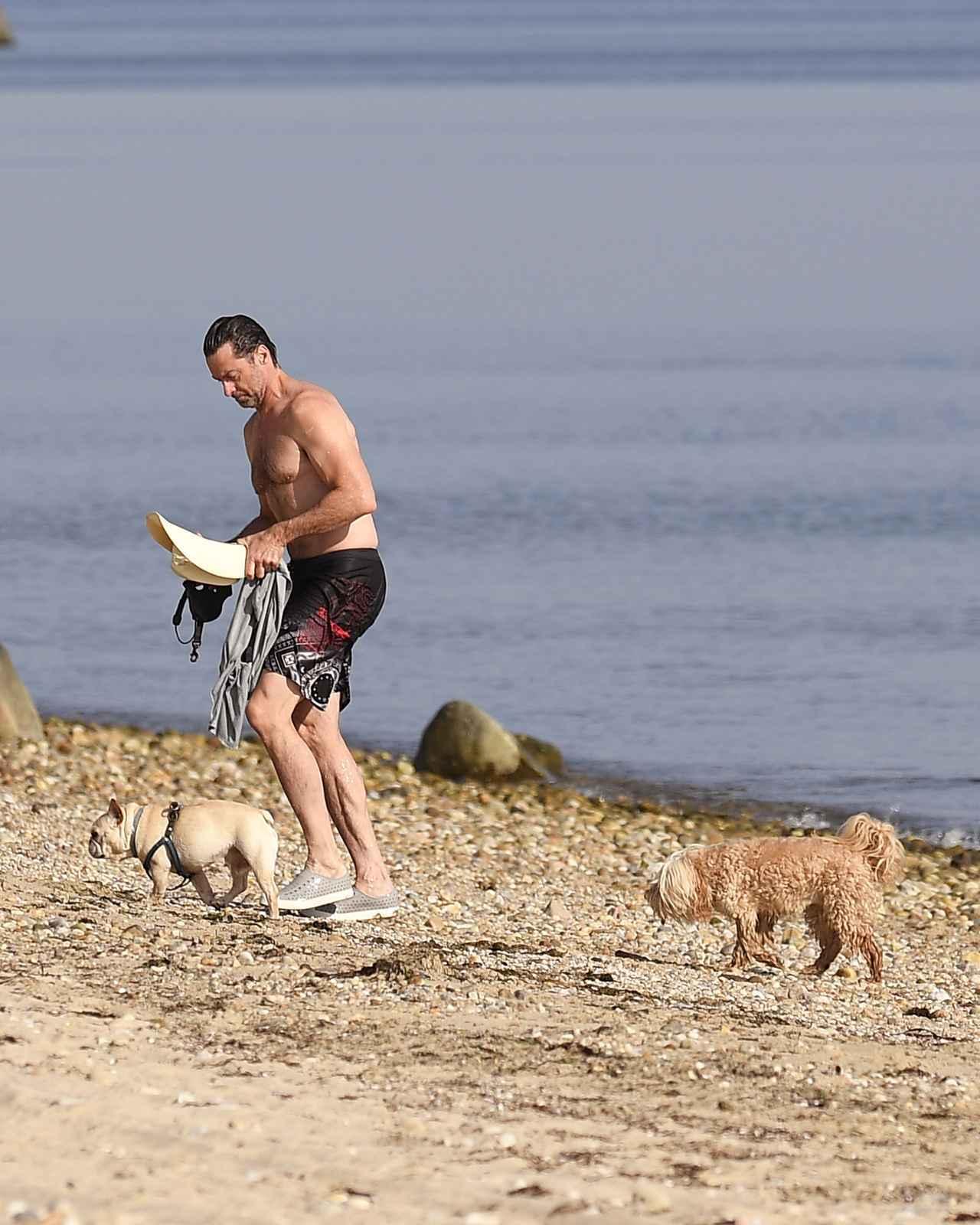 画像5: ヒュー・ジャックマンが海で肉体美を披露