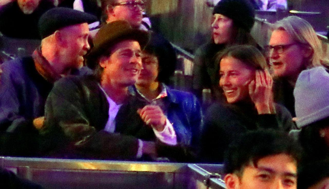画像: 2019年11月、ラッパーのカニエ・ウェストのオペラ公演のVIP席で談笑するブラッドとニコール。その後ろには、当時から頻繁に行動を共にする姿が目撃されてブラッドとの交際がウワサされた俳優のアリア・ショウカットが座っている。