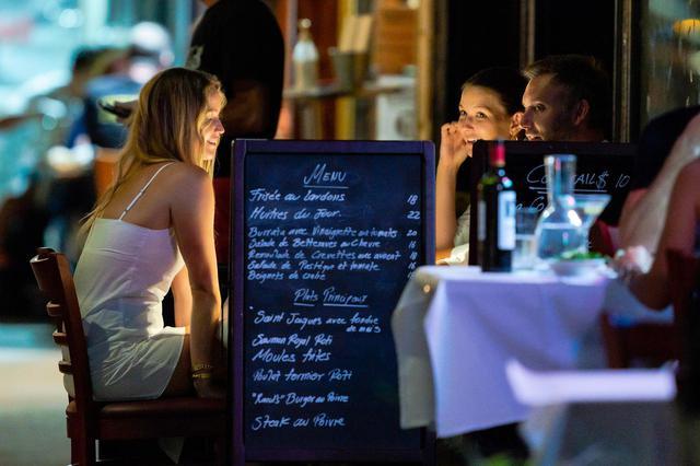 画像1: 友人を交えてレストランの屋外席でディナー