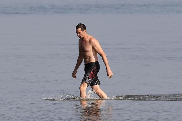 画像3: ヒュー・ジャックマンが海で肉体美を披露