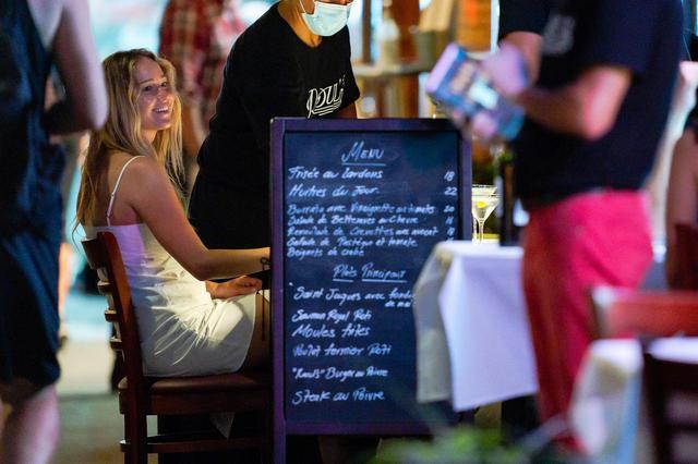 画像2: 友人を交えてレストランの屋外席でディナー