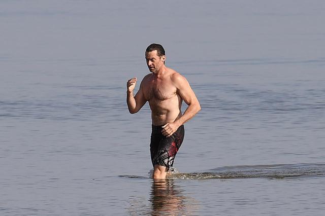 画像2: ヒュー・ジャックマンが海で肉体美を披露