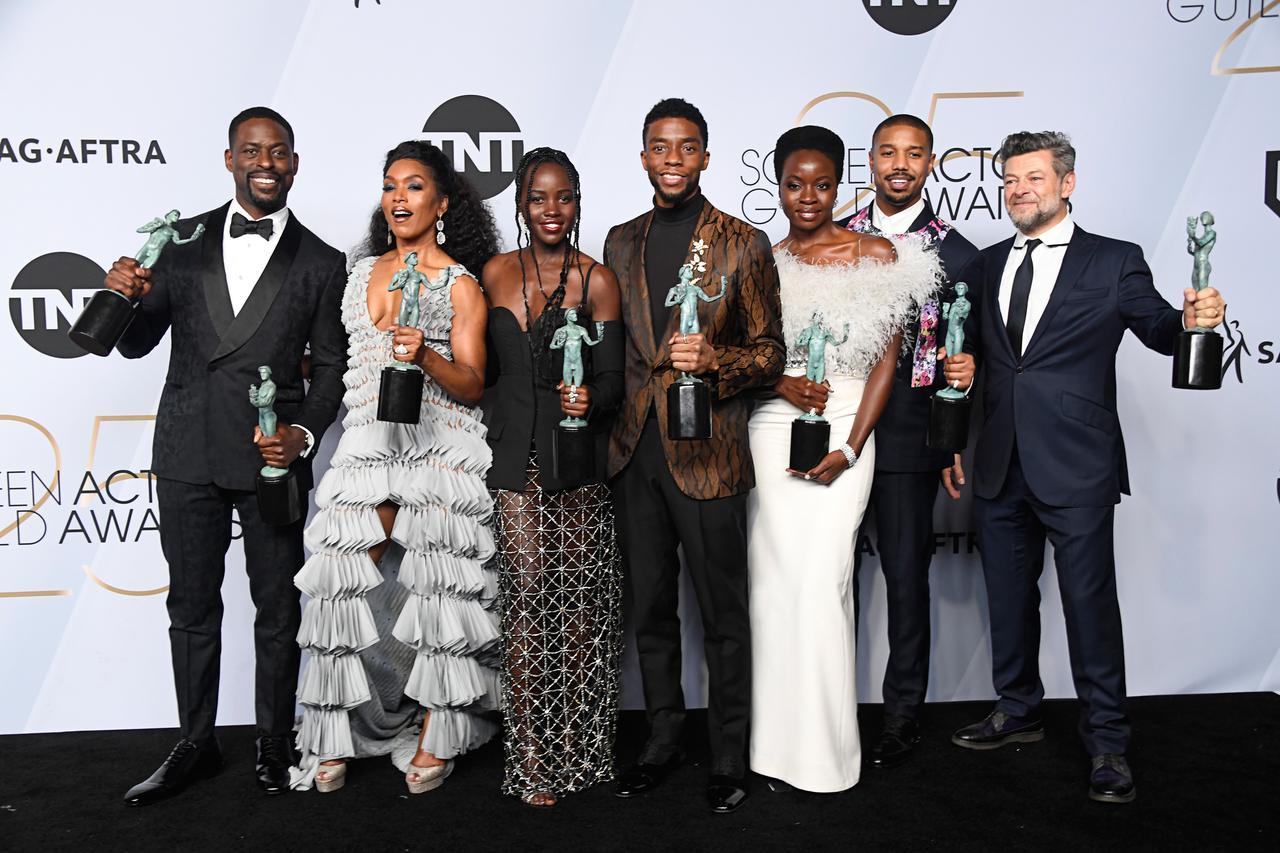 画像: SAGアワードで受賞トロフィーを掲げる『ブラックパンサー』キャストたち。