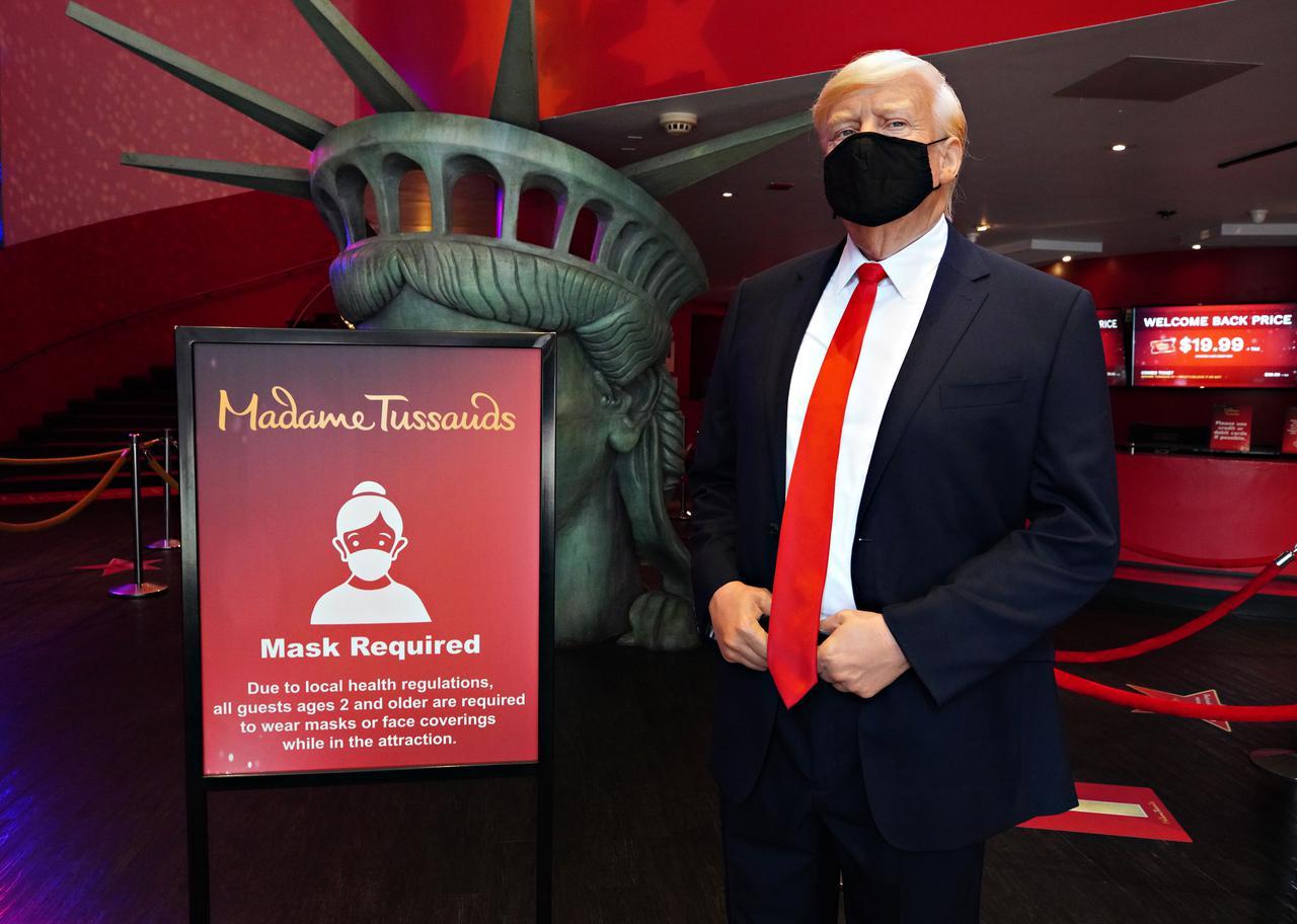 画像: 来館者は2歳以上はマスク必須。ドナルド・トランプ米大統領のろう人形もマスクを着けてゲストをお出迎え。