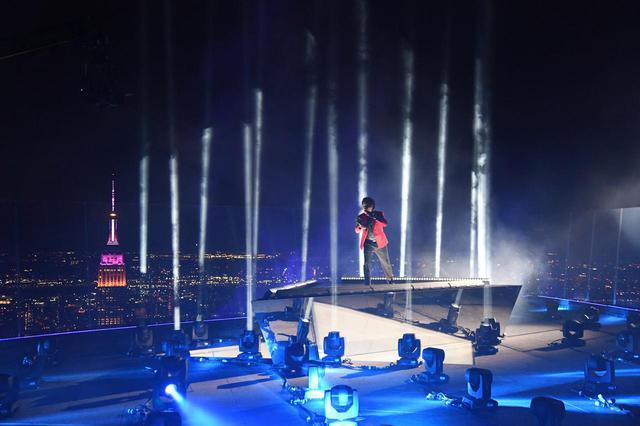 画像: NYの超高層ビルの屋上で圧巻のステージを披露
