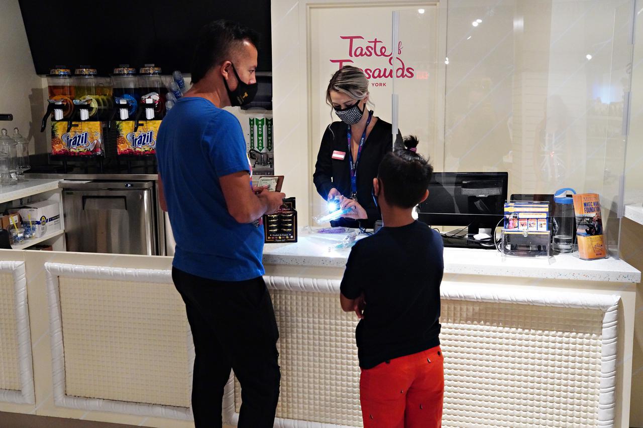 画像: レジには透明パネルが設置され、スタッフも全員マスクを着用。