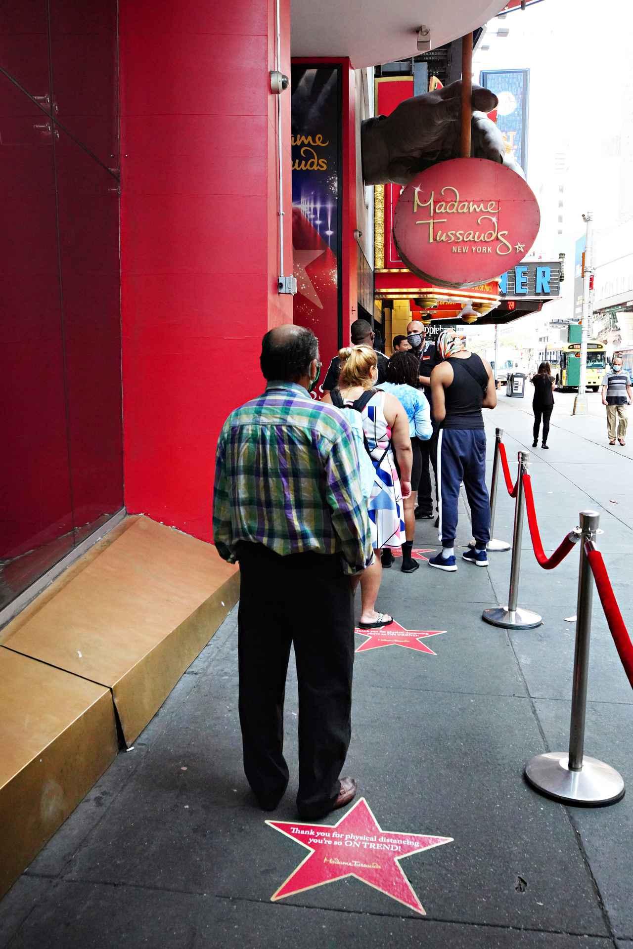 画像: マダム・タッソー ニューヨークの会場外には、並びながら密とならないように、等間隔で星マークが設置された。