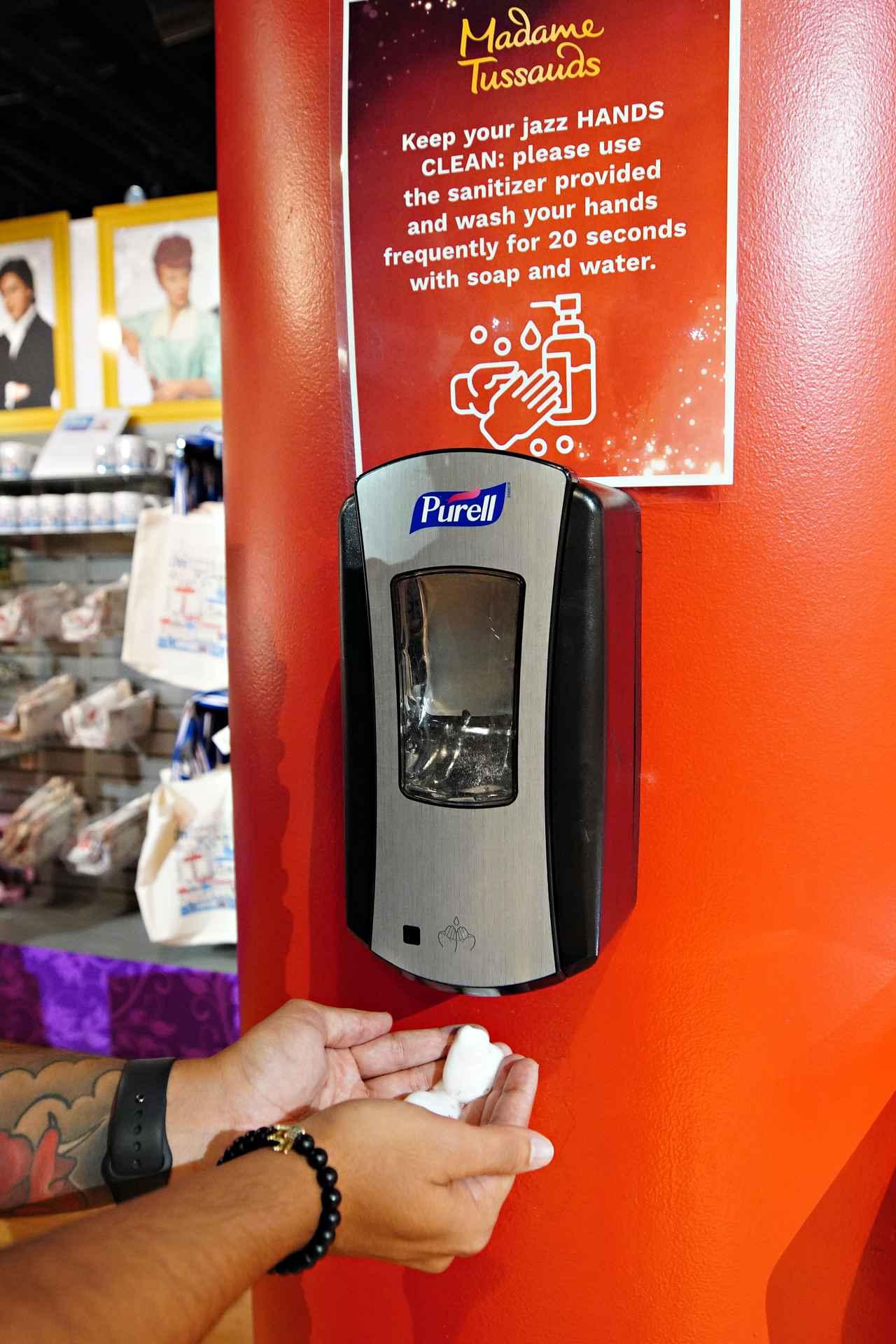 画像: 会場には手指の消毒や手洗いをうながすサインがところどころに設置されていた。
