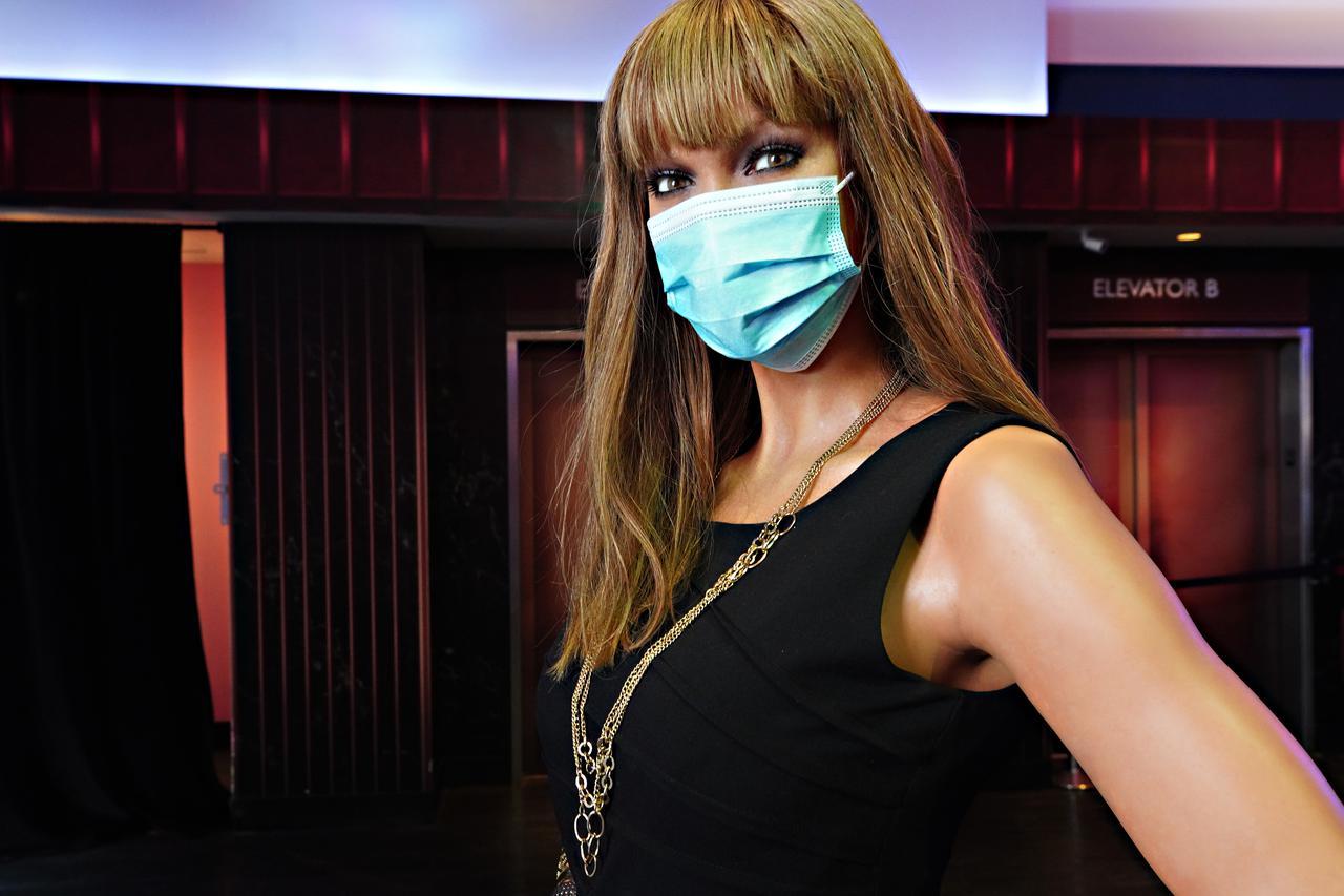 画像: タイラ・バンクスのろう人形もマスクを着用。マスクを着用すると一段と似ている。