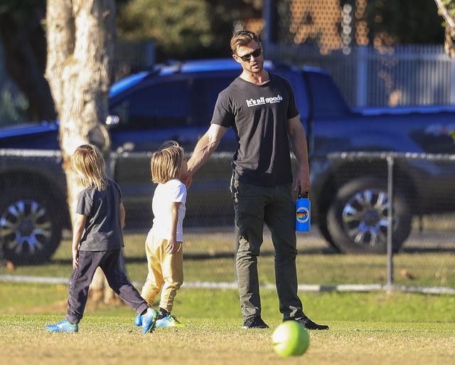 画像2: クリス・ヘムズワースが子供たちとサッカー