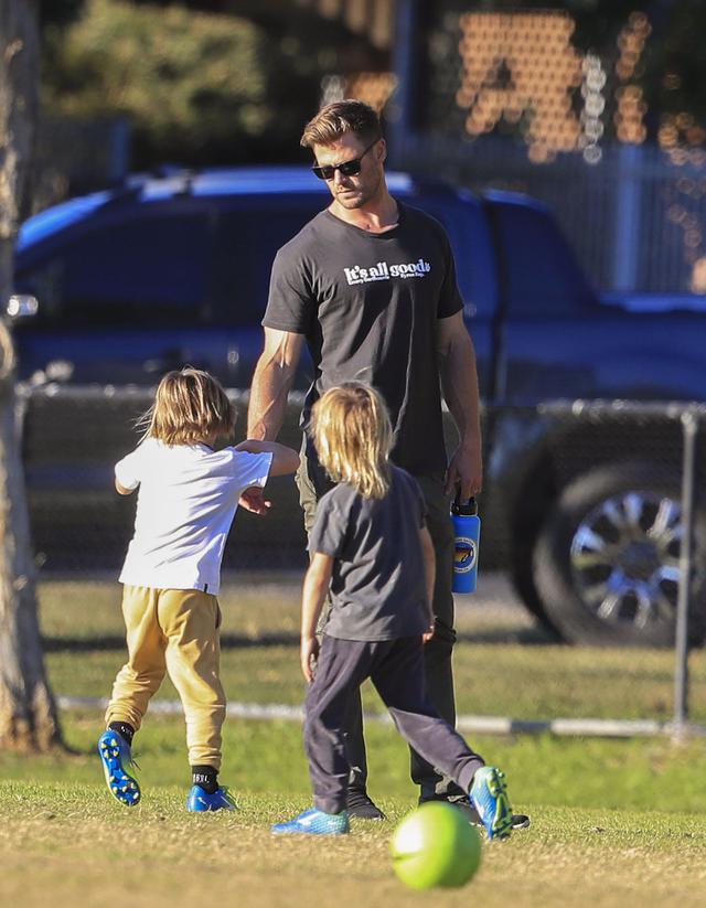 画像3: クリス・ヘムズワースが子供たちとサッカー